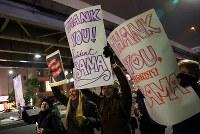 トランプ大統領の就任を前に、女性の権利などを訴えてデモ行進する大勢の人たち=東京都港区で2017年1月20日午後7時17分、小川昌宏撮影