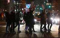 トランプ大統領の就任を前に、女性の権利などを訴えてデモ行進する大勢の人たち=東京都港区で2017年1月20日午後7時5分、小川昌宏撮影