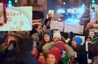 トランプ大統領の就任を前に、女性の権利などを訴えてデモ行進する大勢の人たち=東京都千代田区で2017年1月20日午後7時3分、小川昌宏撮影