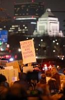 トランプ大統領の就任を前に、女性の権利などを訴えてデモ行進する大勢の人たち=東京都千代田区で2017年1月20日午後6時52分、小川昌宏撮影