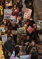 トランプ氏の大統領就任に反対し、デモ行進する人たち=大阪市北区で2017年1月20日午後7時53分、川平愛撮影