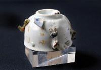 村上キクヨさんが広島市中心部で拾った湯飲み。陶器の破片が複数付着している=山田尚弘撮影