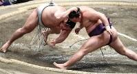蒼国来(右)が引き落としで貴ノ岩を破る=東京・両国国技館で2017年1月22日、竹内紀臣撮影