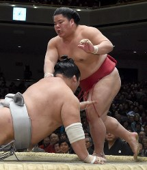 誉富士(手前)を突き落としで降し、十両優勝を決めた大栄翔=東京・両国国技館で2017年1月22日、竹内紀臣撮影
