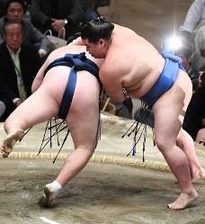 正代(右)がはたき込みで勢を降す=東京・両国国技館で2017年1月22日、竹内紀臣撮影