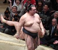 稀勢の里(手前)がすくい投げで白鵬を破る=東京・両国国技館で2017年1月22日、竹内紀臣撮影