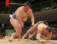 稀勢の里(左)がすくい投げで白鵬を破る=東京・両国国技館で2017年1月22日、佐々木順一撮影