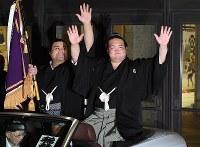 優勝パレードで声援に手を振って応える優勝した稀勢の里(右)と高安=東京・両国国技館で2017年1月22日午後6時36分、竹内紀臣撮影