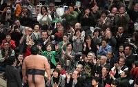 優勝インタビュー後、稀勢の里に声援を送る観客=東京・両国国技館で2017年1月22日午後5時45分、竹内紀臣撮影