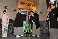 田子ノ浦部屋に到着し、田子ノ浦親方(左から2人目)から出迎えを受ける稀勢の里(同3人目)=東京都江戸川区で2017年1月22日午後7時15分、西本勝撮影