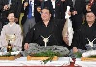 初優勝し、タイを手に笑顔を見せる稀勢の里(中央)。右は田子ノ浦親方=千葉県市川市で2017年1月22日午後7時44分、北山夏帆撮影