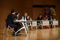 トークディスカッションで話す池上彰さん(左から3番目)ら