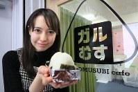 おむすびカフェ「ガルむす」でおにぎりを握る西田藍さん。彼女の姿に励まされるヒッキーは多い=東京都千代田区で、梅村直承撮影