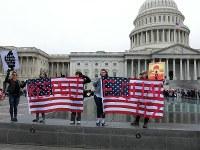 米連邦議事堂前で「平等を尊重しろ」と書かいた星条旗を掲げるデモの参加者=ワシントンで2017年1月21日、長野宏美撮影