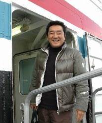 笑顔で定期船に乗り込む松方弘樹さん=山口県萩市の萩港で2009年11月19日午後2時38分、川上敏文撮影