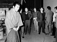 東京・渋谷のNHKスタジオで大河ドラマ「勝海舟」のビデオ撮りにのぞむ松方弘樹さん=1974年2月5日撮影