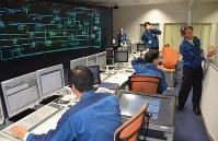 大規模停電を想定し、シミュレーターで復旧手順を確認する東電社員ら=荒川区の「給電技能訓練センター」で