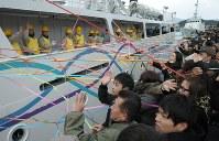 遠洋航海に向かう実習生らを見送る在校生や保護者ら