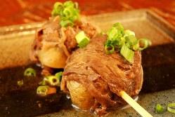 「肉じゃが」(1本290円税別、以下同)。肉じゃがを串ものに仕立てたアイデアが光る
