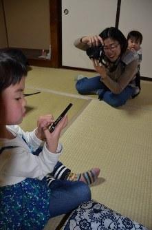 長女結希ちゃん(左)を撮影する和田芽衣さん=埼玉県飯能市で2017年1月21日、蒔田備憲撮影