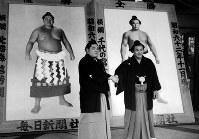 【61代】北勝海信芳(左)と千代の富士=1988年1月9日撮影