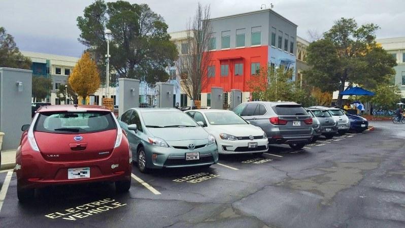 フェイスブック本社の駐車場にある電気自動車専用の駐車スペース(一部画像を加工しています)=遠藤吉紀撮影