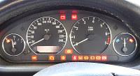 エンジンキーをオンにし警告灯が点灯した状態のメーターパネル=米田堅持撮影