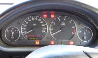 エンジンキーをオンにし、しばらくするとメーターパネルに点灯した警告灯の大半が消える=米田堅持撮影