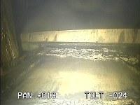 東京電力福島第1原発2号機の格納容器内にあるレール(下)=東京電力提供