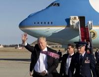 大統領専用機でワシントン近郊のアンドルーズ空軍基地に到着したトランプ米大統領=米東部メリーランド州で26日、AP