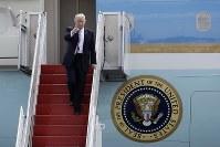 大統領専用機「エアフォースワン」のタラップでポーズをとるトランプ米大統領=AP