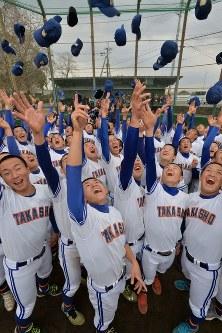 センバツ出場が決まり、帽子を投げて喜ぶ高田商の選手たち=奈良県大和高田市で2017年1月27日午後3時37分、加古信志撮影