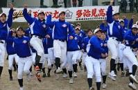 21世紀枠でのセンバツ出場が決まり喜ぶ多治見の野球部員たち。岐阜県多治見市の同校で2017年1月27日午後3時55分、兵藤公治撮影