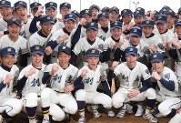 センバツ出場が決まり、喜ぶ創志学園の選手たち=岡山市北区で2017年1月27日午後3時49分、久保玲撮影