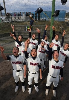 センバツ出場が決まり帽子を飛ばして喜ぶ中村の選手たち=高知県四万十市で2017年1月27日午後3時33分、大西岳彦撮影