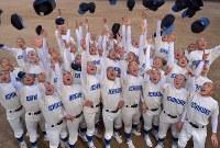 初出場を決め、帽子を投げて喜ぶ呉の選手たち=広島県呉市で2017年1月27日午後4時44分、山田尚弘撮影