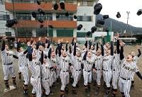 センバツ出場が決まり、帽子を投げて喜ぶ帝京第五の選手たち=愛媛県大洲市で2017年1月27日午後4時13分、幾島健太郎撮影