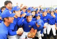 センバツ出場が決まり拳を突き上げて喜ぶ秀岳館の選手たち=熊本県八代市で2017年1月27日午後4時2分、須賀川理撮影