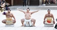 奉納土俵入りする新横綱の稀勢の里(中央)=東京都渋谷区の明治神宮で2017年1月27日午後3時52分、中村藍撮影