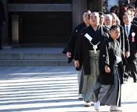 推挙式に臨む新横綱、稀勢の里(左から2人目)=東京都渋谷区の明治神宮で2017年1月27日午後2時50分、中村藍撮影