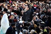 奉納土俵入りの準備に向かう新横綱の稀勢の里(中央)=東京都渋谷区の明治神宮で2017年1月27日午後3時28分、中村藍撮影