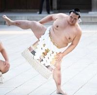 奉納土俵入りする新横綱の稀勢の里=東京都渋谷区の明治神宮で2017年1月27日午後3時52分、中村藍撮影