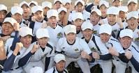 センバツ出場が決まり、グラウンドで喜ぶ前橋育英の選手たち=前橋市で2017年1月27日午後3時35分、佐々木順一撮影
