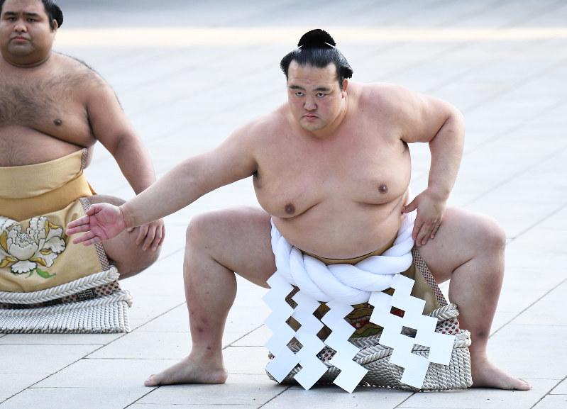 大相撲:雲竜型、新横綱・稀勢の里が土俵入り 明治神宮   毎日新聞
