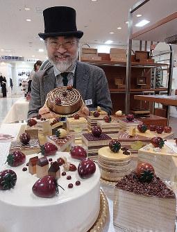 ケーキそっくりに作られたオルゴールを手にする熊野聡さん=新潟市中央区の新潟伊勢丹で、小林多美子撮影
