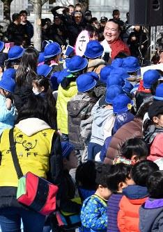 子供たちと握手などをしながら優勝報告会の会場を後にする稀勢の里関(後方右)=東京都江戸川区で2017年1月28日午前11時43分、西本勝撮影