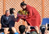 優勝報告会で花束を受け取る稀勢の里関(右)=東京都江戸川区で2017年1月28日午前11時38分、西本勝撮影