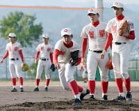 守備練習に励む智弁学園の選手たち=奈良県五條市で、郡悠介撮影