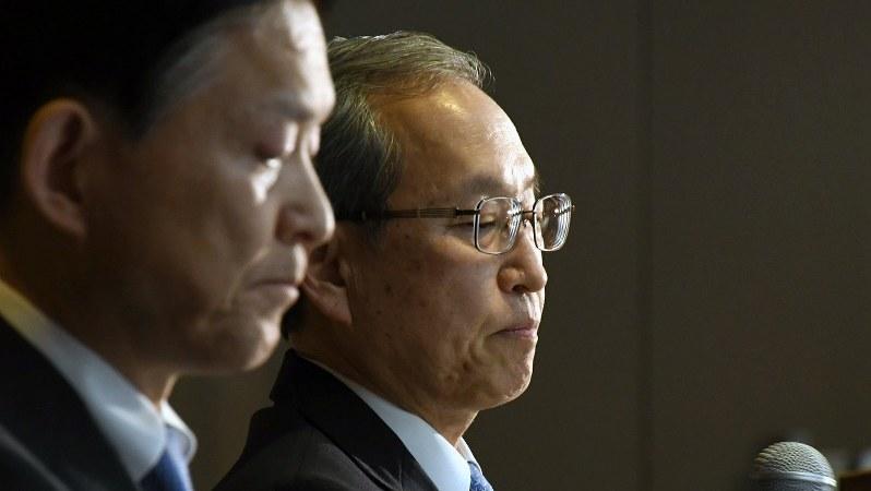 厳しい表情で記者会見に臨む東芝の綱川智社長。手前は成毛康雄副社長=2017年1月27日、根岸基弘撮影