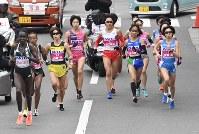 大阪国際女子マラソン10キロ付近、先頭集団後方の重友梨佐(中央左)=2017年1月29日(代表撮影)